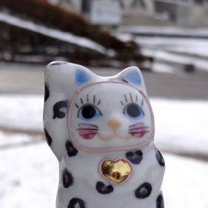 ハートの鈴にユキヒョウ模様の九谷焼の招き猫「ゆっきー」が可愛い♡