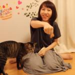 お姉さんWith人懐っこい猫(=^・^=)初対面の人とも仲良く遊ぶ猫が可愛い♪