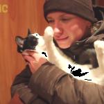 「冷たっ!」お鼻が冷えるとお手てがぷるぷるしちゃう猫がかわいいw
