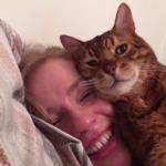 【最大級の愛情表現♡】顔にぴったりくっつく猫ちゃんが可愛い!【まるで枕?】