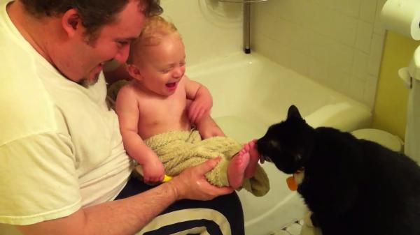 【癒し効果抜群】赤ちゃんの足の裏をぺろぺろ舐める猫ちゃんと笑い出す赤ちゃんが最強に可愛い!!