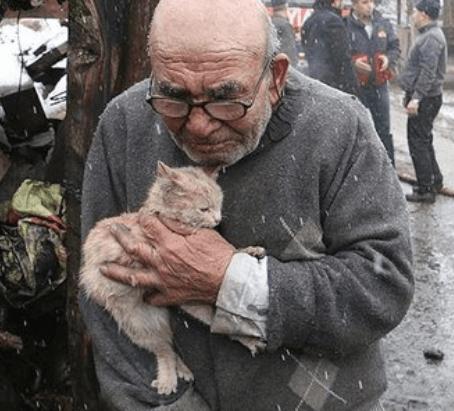 火事で家が全焼したトルコの老人。焼け落ちた家の前で助かった飼い猫を抱きしめる姿に救済の声が上がった!