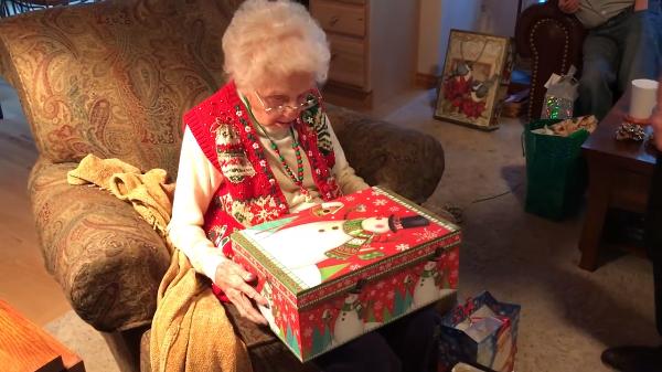 反応が可愛い♡クリスマスプレゼントに黒猫をもらったおばあちゃん。