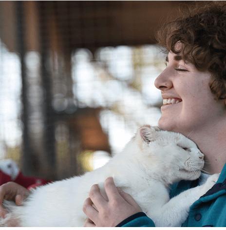 娘たちにこれ以上ペットを増やすつもりはないと宣言して保護施設へ見学に出かけたママが、耳と尾の半分を失った猫と出会い・・・