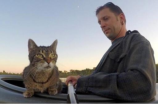 おとなしかった愛猫が突然カヤックに乗り込んできた!飼い主さんの相棒として驚くほどの冒険好きになった…