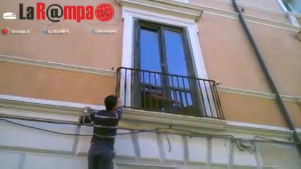 【南イタリア発】ニャンコ大救出劇!!イタリア親父たちが超必死で猫を救助する姿にニッコリ♪