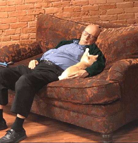 半年前、猫の保護施設へやって来てブラッシングをしてあげたいとボランティアに加わった75歳の「猫のお爺ちゃん」