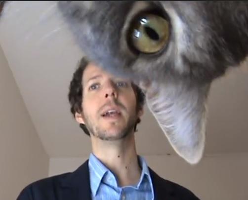 とんだハプニング!カメラに興味津々の猫さん。飼い主さんがカメラに向かってスピーチの練習をしていると…