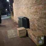 交通量の多い道路に近い路地に置かれた密封された4つの段ボール箱。仕事帰りの女性が箱の中に感じた気配